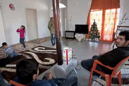 1455915 kataulismos roma lifo  5  - Χριστούγεννα σ' έναν καταυλισμό Ρομά στον Τύρναβο (φωτο)