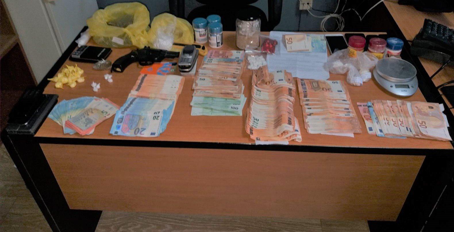Έκρυβαν τα χρήματα στην... κατάψυξη! - Χειροπέδες σε τρεις Λαρισαίους για εγκληματική οργάνωση με ναρκωτικά (φωτό)