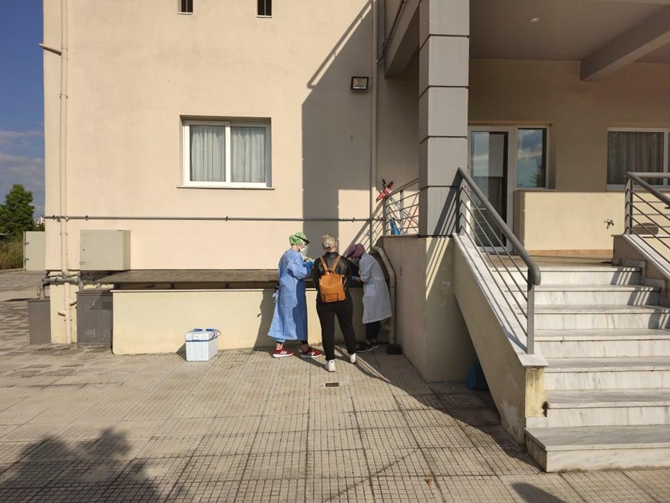 Δειγματοληψία για κορωνοϊό και σε δημοσιογράφους στη Λάρισα (φωτο)