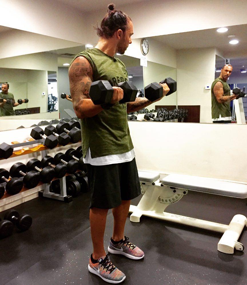 Κρις Βάλλας: Ο Λαρισαίος γυμναστής των διασήμων με τη συλλογή των... 550 παπουτσιών (φωτο - βίντεο)