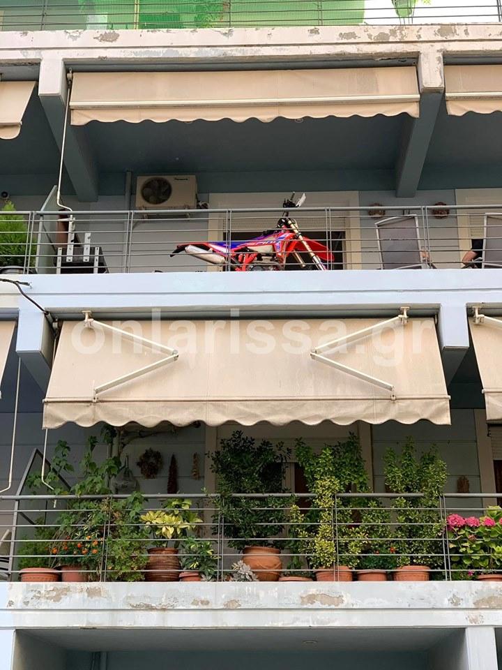 Απίστευτος Λαρισαίος! Ο καλύτερος τρόπος για να μη σου κλέψουν τη μηχανή είναι να την βγάλεις στο μπαλκόνι (φωτο)