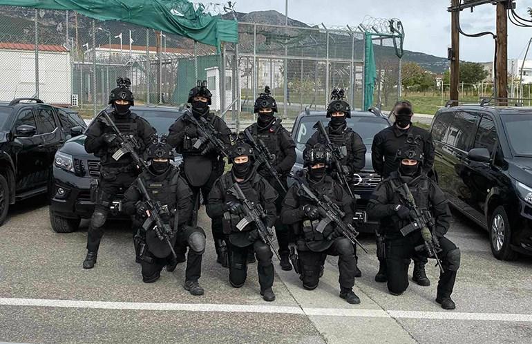 Μέλη των ειδικών δυνάμεων του ΕΚΜΑ μπροστά από το Nissan Navara (φωτογραφία: zougla.gr)